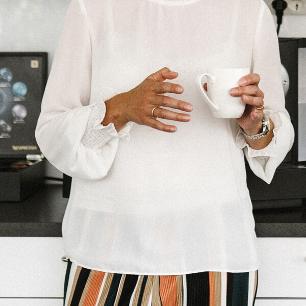 Kvinna med kaffekopp